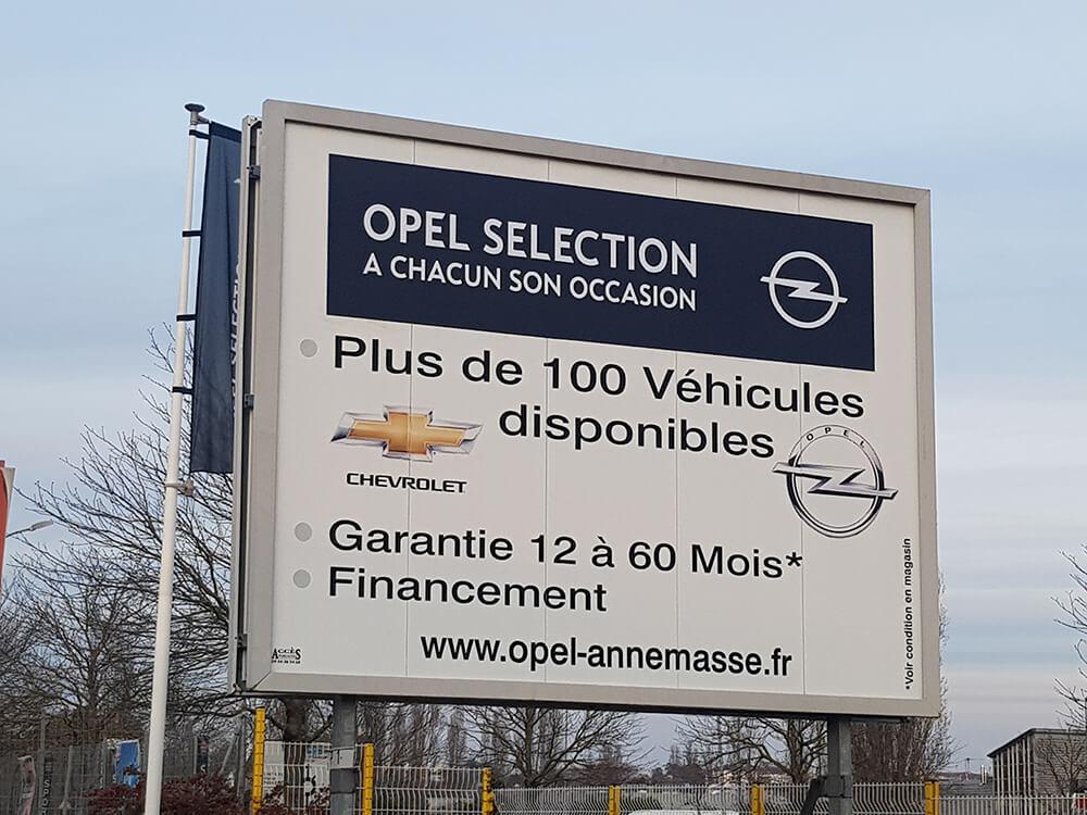 Marquage en décor adhésif d'un panneau d'affichage
