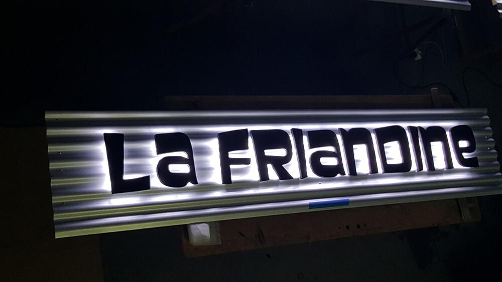 Création & installation de lettres reliefs rétro-éclairées pour La friandine