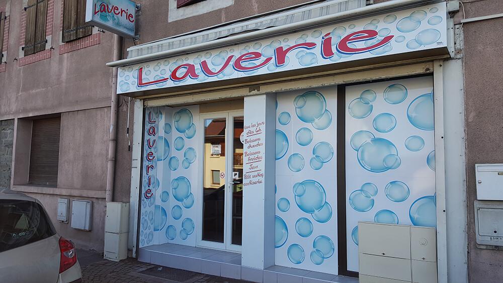 Décoration de façade en panneau alu «Dibond» pour une laverie