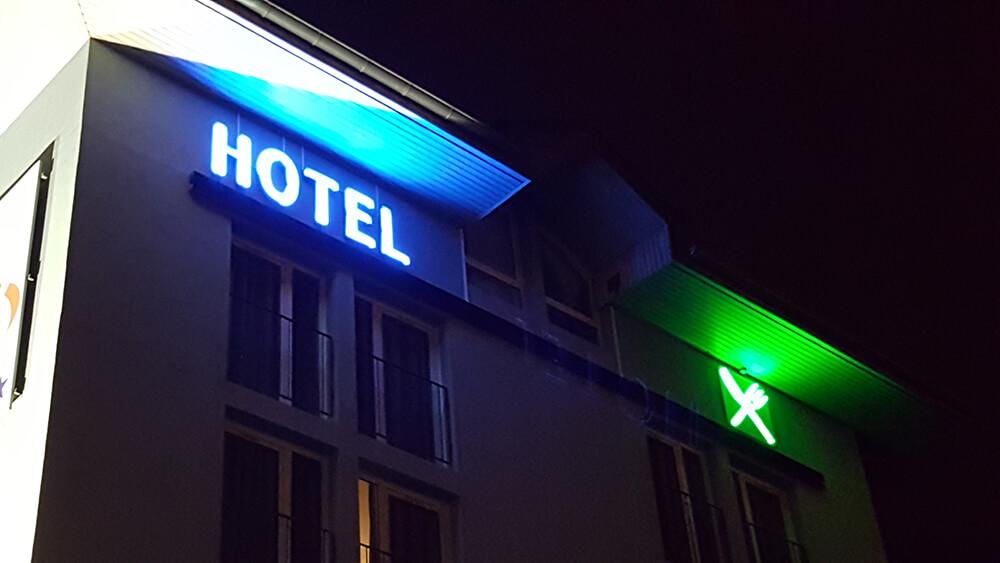 Création & installation d'une enseigne leds & néon pour un hôtel