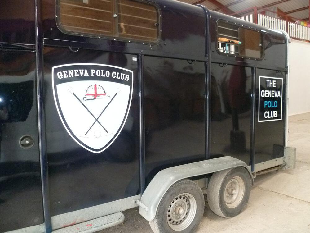 Marquage de vans avec adhésifs teintés masse pour un Club de polo