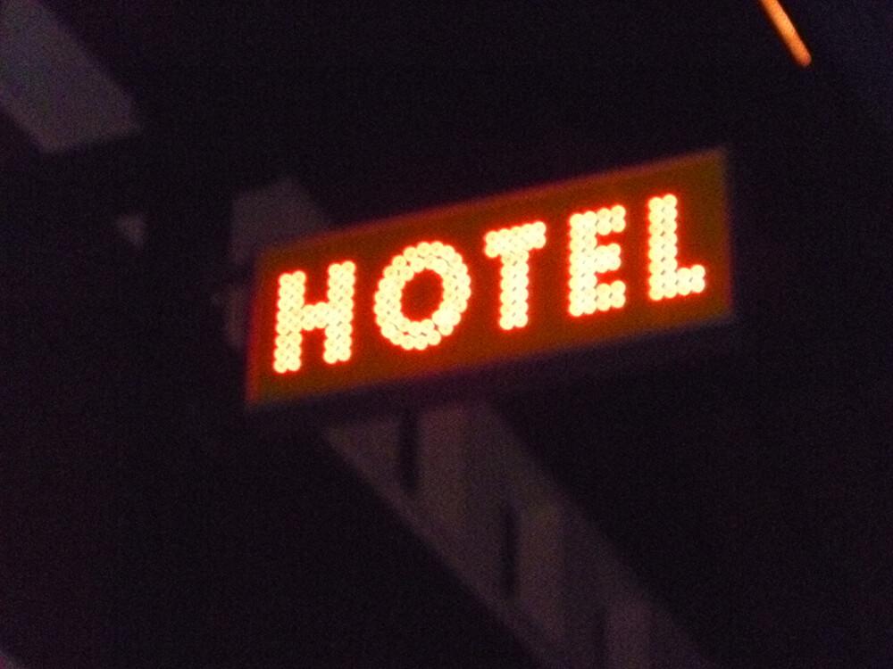 Création & installation d'une enseigne type caisson lettres leds pour un hôtel